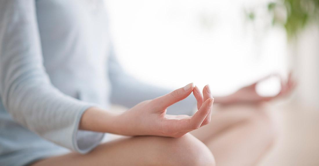 mujer medita